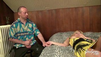 يمارس الجنس مع شقراء مع صديقة بعد أن تنتهي من عملها