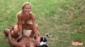 يمارس الجنس في الطبيعة دون إحراج من أن ينظر إليها الآخرون