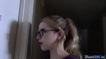 نظارات ذات شفاه حمراء لا تترك إطلاقاً عندما يرى كتكوت منتصب