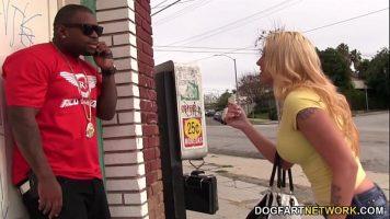 تقاطع رجلاً أسود يتحدث على الهاتف لأنها يائسة من أن تمارس الجنس