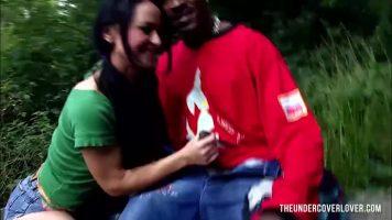 الجنس الطرف في الغابة امرأة سمراء تمتص الديك من الأسود